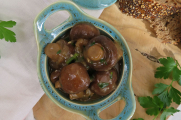 garlic mushrooms in white wine sauce_champiñones en salsa de vino