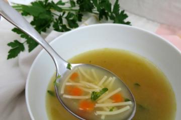 sopa de fideos cos caldo casero