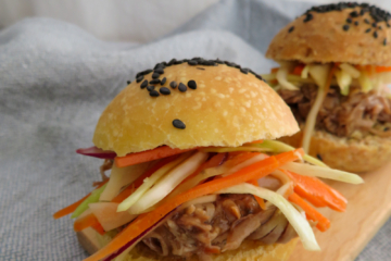 whole wheat burger bun with pulled turkey - bollito de hamburguesa integral con pavo desmechado